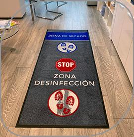 Alfombra para desinfectar los pies en accesos a oficinas, comercios y espacios públicos